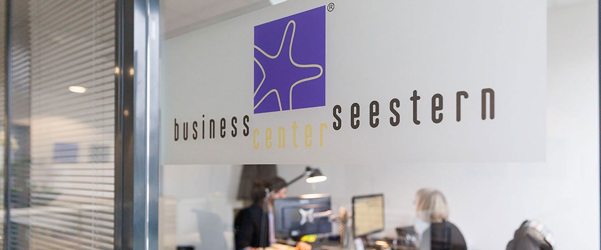 Logo des Business Center Seestern an Fenster im Büro